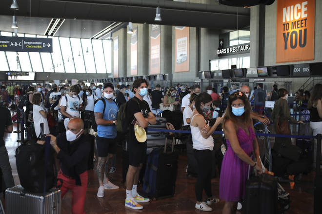 Many people are rushing to return home from their holiday