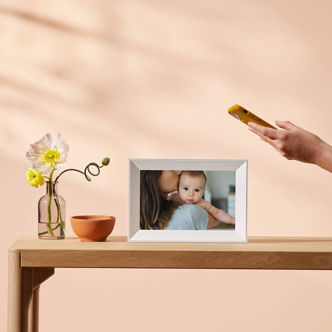 The digital frame can host more than 10,000 photos!