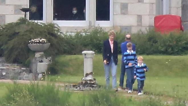 Elizabeth Debicki was dressed like Princess Diana in a pink shirt, a navy blazer and jeans