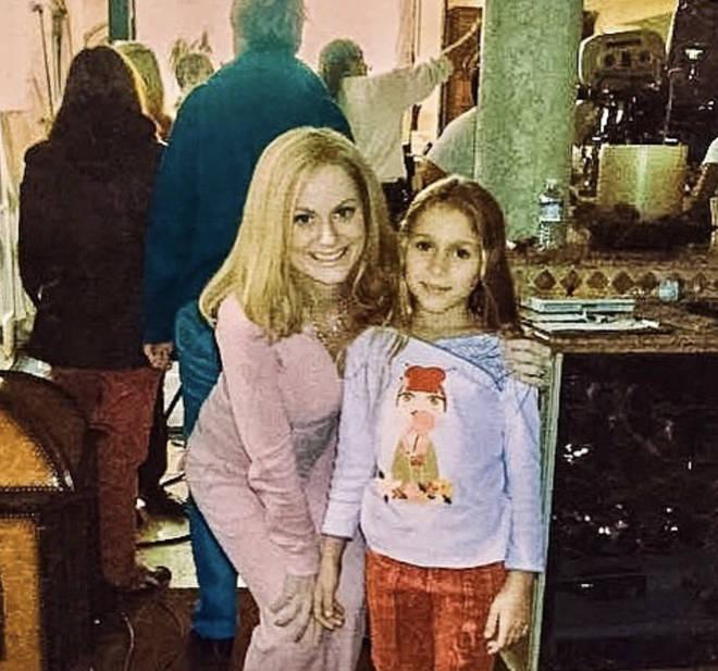 Nicole poses with Amy Poehler