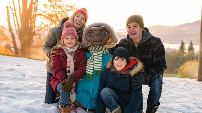 E.T. bonds with Elliot's family